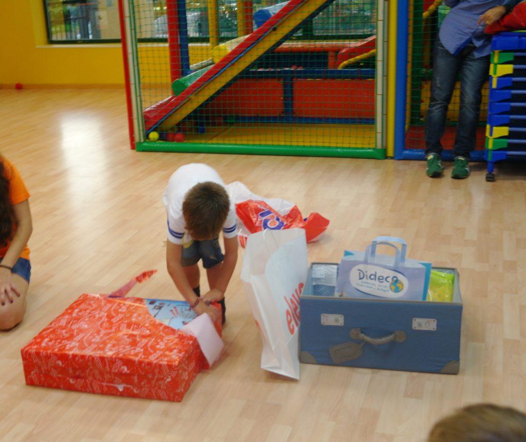 1.abrimos regalos projardin 1024x860 - Paso a Paso SANSE  en nuestros cumples en San Sebastian de los Reyes